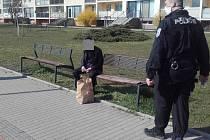 Cizinec popíjel na lavičce. Zaplatí pokutu 20 tisíc