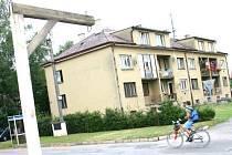 ŠIBENICE před bytovým domem v obci Březina na Mladoboleslavsku, kde pobíhal mladík s kudlou v ruce a kde jej později postřelil policista, působí poněkud symbolicky morbidním dojmem.