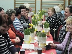 ŽENY, které se přišly pobavit do tělocvičny bývalé obecné školy, si domů odnášely kytici žlutých narcisů.