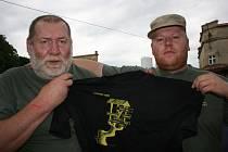 """PRVNÍ TRIČKO si začali liberečtí Medvědi vyrábět v roce 2000. Pár let předtím tak do pivovaru Klášter jezdili v """"civilu""""."""