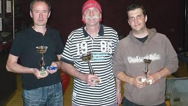 Nejlepší trio z boleslavského bowlingového turnaje: (odleva) Emil Krubert, vítěz Pavlín Jirků, Petr Fanta.