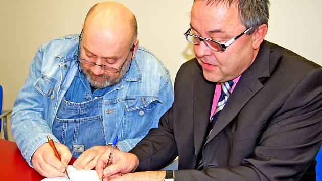 Babybox bude už 1. května! Jeho spuštění podepsali Ludvík Hess a Jaroslav Mitlener.