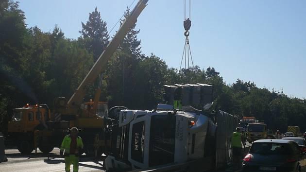 Na dálnici D10 havaroval kamion.