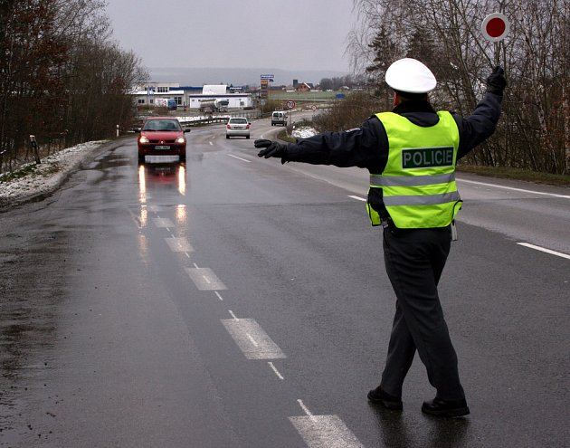 Policejní akce zaměřená na kontrolu automobilů.