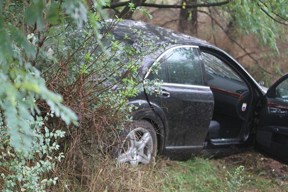 Mercedes skončil ve stromu u rychlostní komunikace