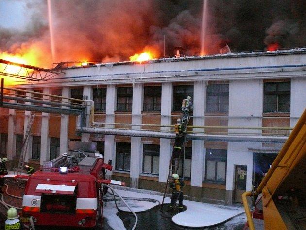 Požár vypukl v areálu firmy AKUMA v Mladé Boleslavi.
