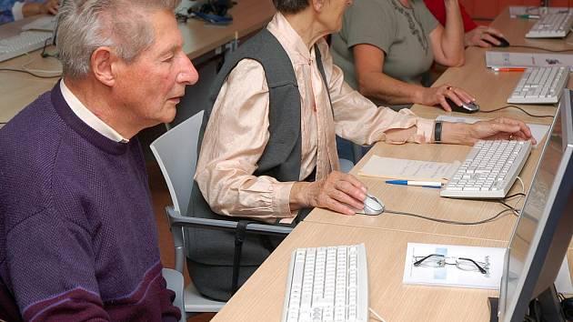O kurzy pro seniory je mezi veřejností stále větší zájem.