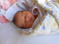 NELA Jarošíncová se narodila 14. prosince, vážila 3,65 kilogramů a měřila  49 centimetrů. S maminkou Adélou a tatínkem Jaroslavem bude bydlet ve Staré Lysé, kde už se na ni těší bráška Mareček.