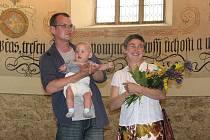 Tomáš Plesl a Anna Polanská uvedli výstavu Mediterriana, která se koná ve Sboru českých bratří, se svým synkem v náručí.