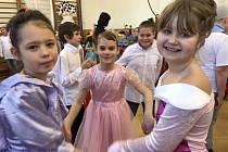 """""""Princové a princezny aneb Na zámku"""". To byl letošní název tradičního karnevalu, který pravidelně rok co rok pořádá pro své žáky škola Na Celně."""