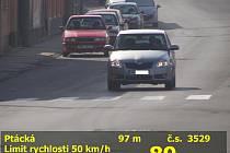 Řidič jel Boleslaví téměř 90 km/h