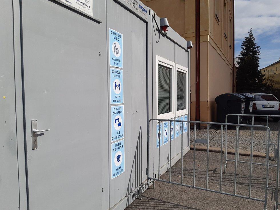 Nové testovací místo pro antigenní testování v Mladé Boleslavi na parkovišti na Komenského náměstí.
