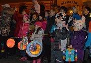 Sobota patřila v Mnichově Hradišti Restaurant Day, setkání milovníků dobrého jídla. Ti se sešli v sále klubu Posilovna u místního fotbalového stadionu. Desítky zájemců ochutnaly dobroty připravené místními. Večer pak dorazil na náměstí v průvodu svatý Mar