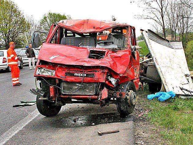 Pro posádku nákladního auta se stala ranní jízda po rychlostní komunikaci osudnou