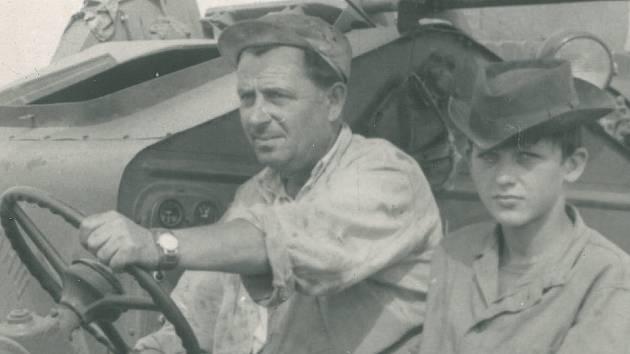 Pan Adolf Prskavec se synem Miloslavem při jedné z letních brigád na žních v 60. letech