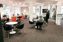 Skupina ČEZ zmodernizovala zákaznické centrum v Zalužanské tak, aby nejen zaujalo oči návštěvníků, ale také jim nabídlo větší pohodlí.