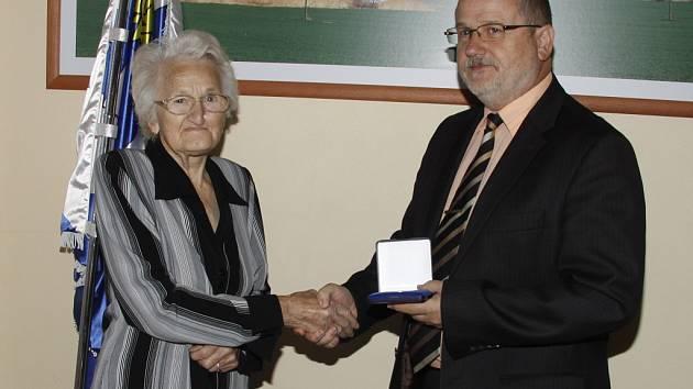 Boseň - Seniorka za péči o pietní místo obdržela plaketu