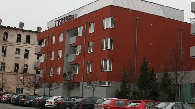 """Bytový komplex Laurinova, který stojí v sousedství další """"chlouby"""" města, budovy kasáren, kde měl vzniknout luxusní hotel"""