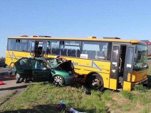 V sobotu odpoledne došlo u Čisté k nehodě autobusu a osobního vozu.