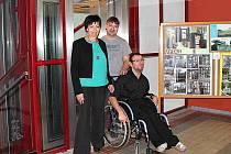 NOVÝ VÝTAH. Luďka Jiránková, ředitelka Centra 83, Richard Femiak, technik, a Honza Sýkora, který posloužil jako figurant a několik let se potýkal se špatným ovládáním výtahu.