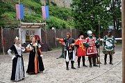 Kejklíři, akrobati, řemeslníci ale i rytíři se sjeli na hrad Kost, aby návštěvníkům předvedli své umění.