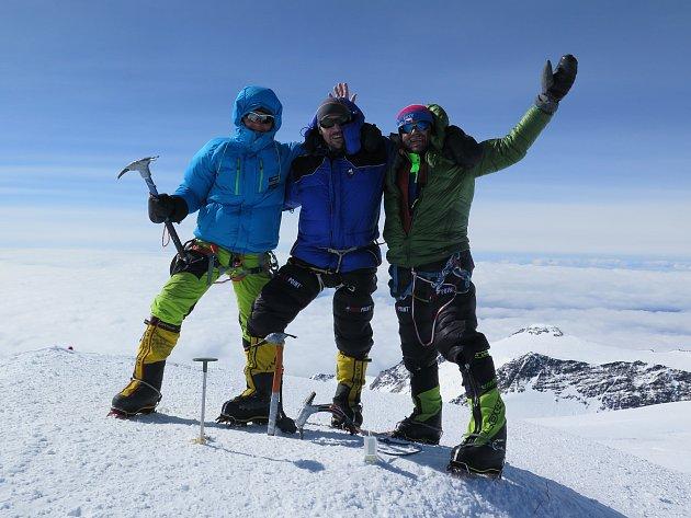 Petr Mašek s Radkem Jarošem a Lukášem Krejčím na vrcholu Denali