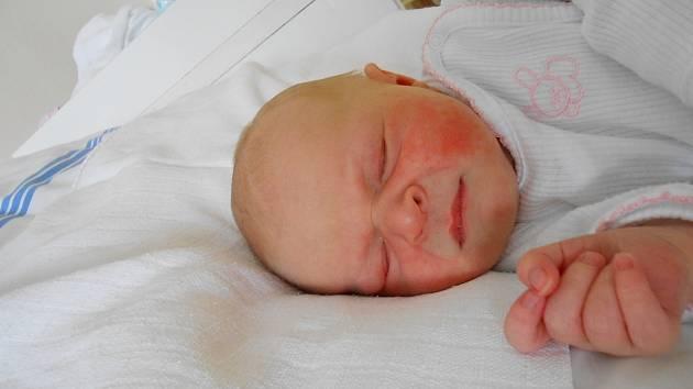 TEREZKA Bartošová se narodila 5. června, vážila 3,5 kg a měřila 48 cm. S maminkou Kateřinou a tatínkem Josefem bude bydlet v Mladé Boleslavi, kde už se na ni těší sestřička Kačenka.