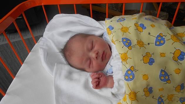 LUKÁŠ Faja se narodil 11. dubna, vážil 3,53 kilogramů  a měřil 49 centimetrů. S maminkou Lenkou a tatínkem Kamilem bude bydlet v Bakově nad Jizerou. Doma se už na něj těší sestřička Anička.