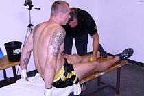 Trenér boleslavských thajských boxerů Petr Hanzlík připravuje do ringu Antonína Ungermana.