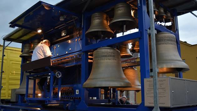 Pražská mobilní zvonohra zavítala o víkendu do Bakova nad Jizerou.