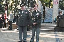 Na vzpomínkovém místě nedaleko Dukly, major v. v. Rostislav Kubišta a armádní generál Tomáš Sedláček