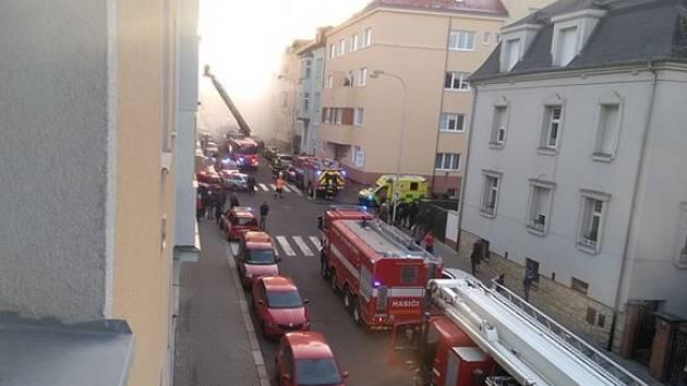 Hasiči zasahovali u požáru výškové budovy v Mladé Boleslavi.