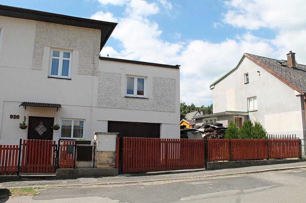Lokalita Na Výsluní v Bělé pod Bezdězem. Na snímcích ulice, ve které se střílelo a dvojice domů na konci (v bílém k vraždě došlo, šedý obývá útočník).