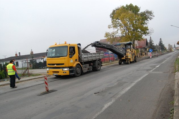 S dopravním omezením musí počítat řidiči v Luštěnicích. Za několik dní se už nebudou muset vyhýbat dírám v silnici.