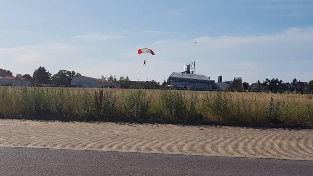 Letecké muzeum zahájilo výstavu seskoky a přelety