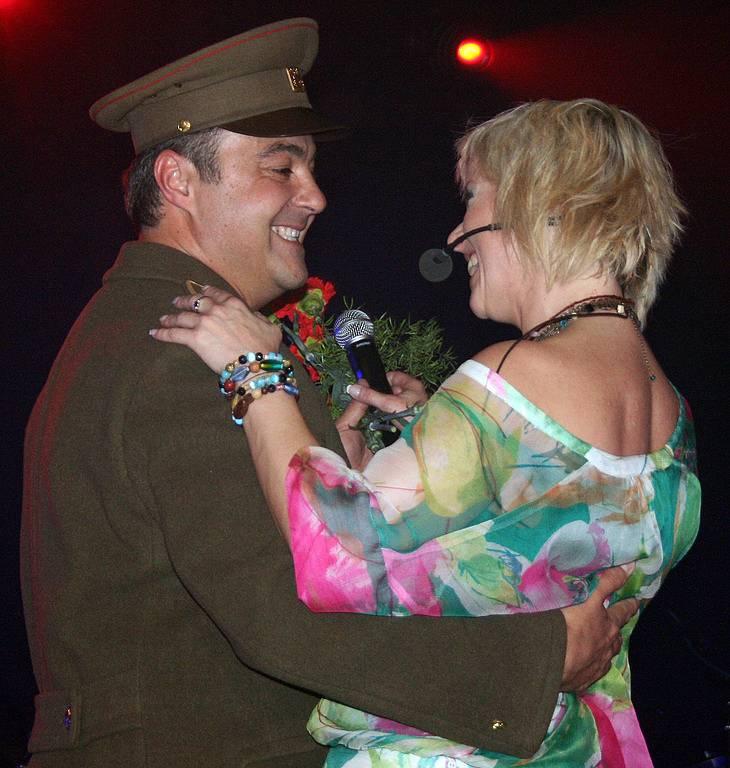 Iveta Bartošová s Martinem Zounarem ve slušivé vojenské uniformě.