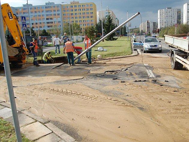 Havárie vodovodního řadu v ulici Jana Palacha v Mladé Boleslavi vyvrátila i lampu veřejného osvětlení.