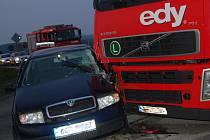 Dopravní nehoda na křižovatce u Bakova nad Jizerou.