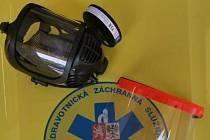 Středočeská záchranka a pražská VŠCHT se v pátek pochlubily nápadem na opětovné využití již použitých filtrů k maskám, které by se jinak musely vyhodit.