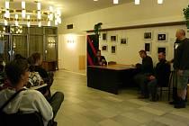 Vyhlášení přehlídky Popelka na dlani ve foyer divadelního sálu Domu kultury.