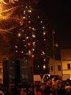 Nedělní rozsvícení vánočního stromku v Bakově nad Jizerou předcházelo velké zpívání koled