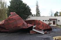 Na fotbalovém stadionu v Mnichově Hradišti dokázal vítr svou silou vyvrátit strom a utrhnout střechu.