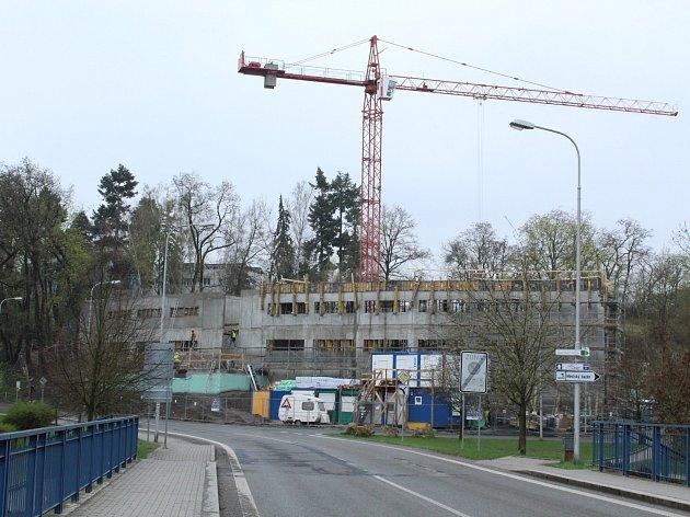 Nová budova boleslavské Kliniky Dr. Pírka vzniká v sousedství městského bazénu. Hrubá stavba má být dokončena 3. května.