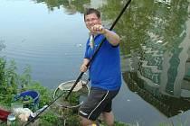 JEDEN z rybářů při sobotních závodech.