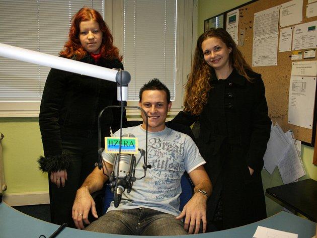 Během své praxe se dívky podívaly do rádia Jizera, kde si nenechaly ujít možnost vyfotit se s moderátorem ranní show Vojtou Sklenářem.