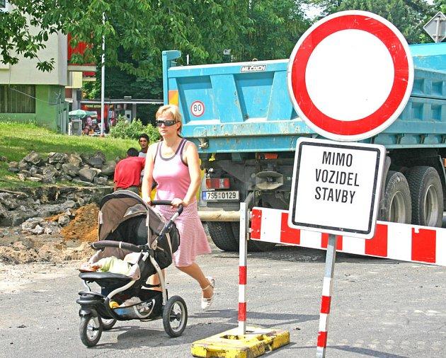 Uzavírky během léta čekají na řidiče na řadě míst Mladoboleslavska, stejně jako nyní na křižovatce ulic Dukelská a třídy T.G. Masaryka. Uzavírky jsou nepříjemné, ale jiné řešení není.