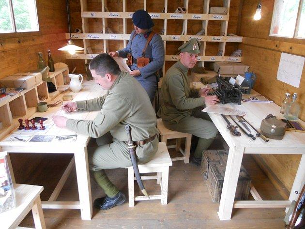 Poštovní úřad dostali v Legiovlaku na starost Pavel Koštejn a Michal Beneš. V pozadí jejich kolega ve francouzské uniformě.