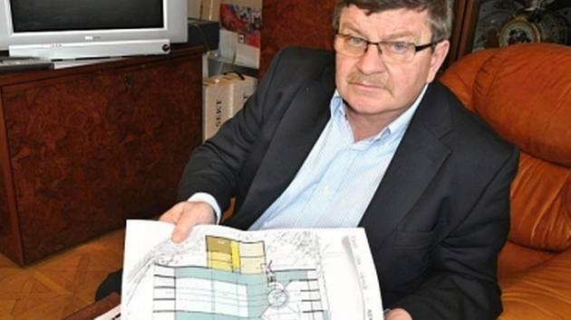 Starosta Jaroslav Král s plány připravovaného krytého bazénu.