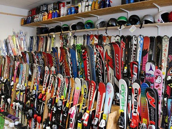 Na konci zimy je nabídka lyží nejpestřejší.