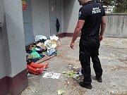 Bezdomovkyně v Pezimské ulici u výměníku